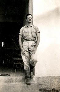 Luiz Edmundo Appel à entrada do Hotel Linhares, ES, abril de 1950.