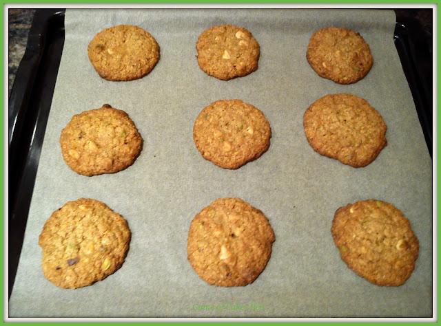Cookies de avena, pistachos y chocolate blanco recién salidas del horno.