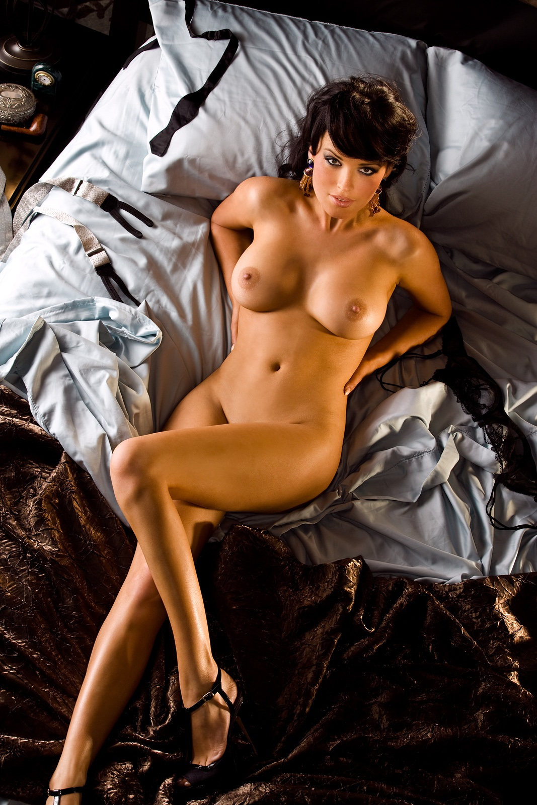 Сайты о голых актрис, два мужика трахнули в одну дырку и кончили в нее