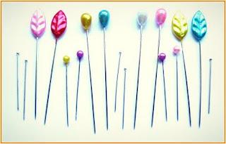 Gambar jarum peniti tudung dengan pelbagai jenis bentuk dan warna.