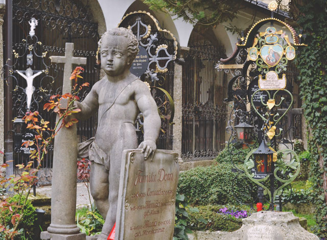 Familie Dom Headstone