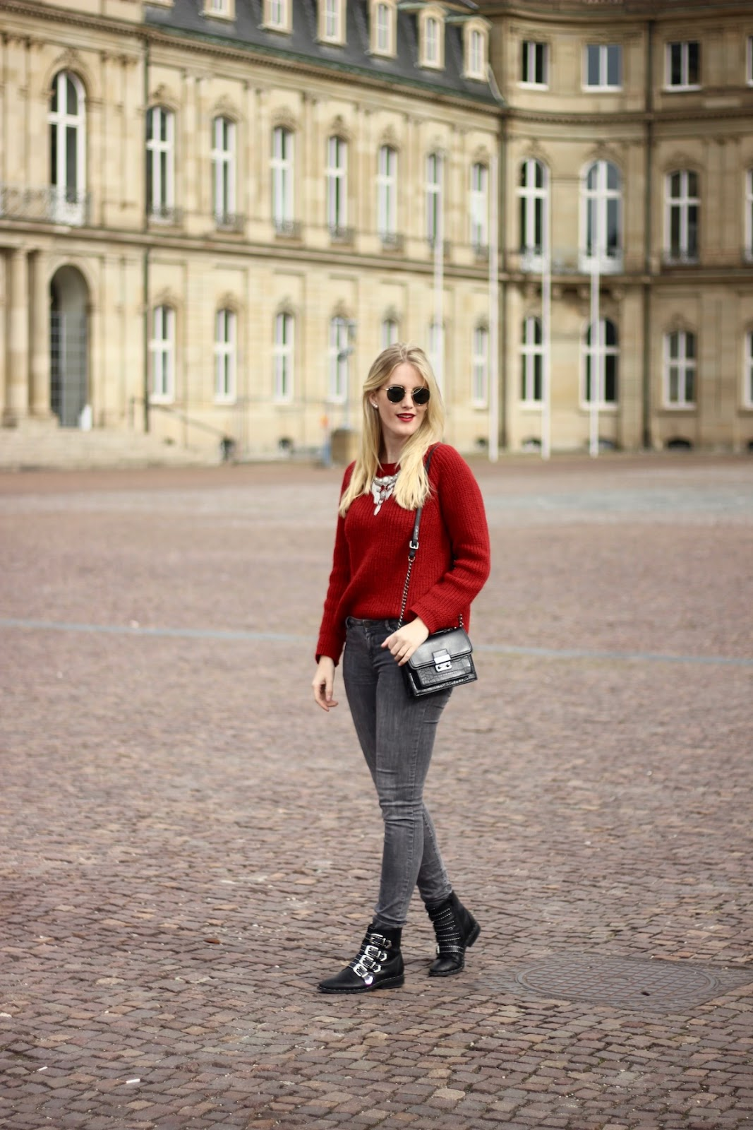 Fashion Outfit: Pullover Herbsttrendfarbe Rot alltagstauglich kombiniert Red Autumn Trend Colour Biker Boots Givenchy Lookalike more on www.theblondelion.com