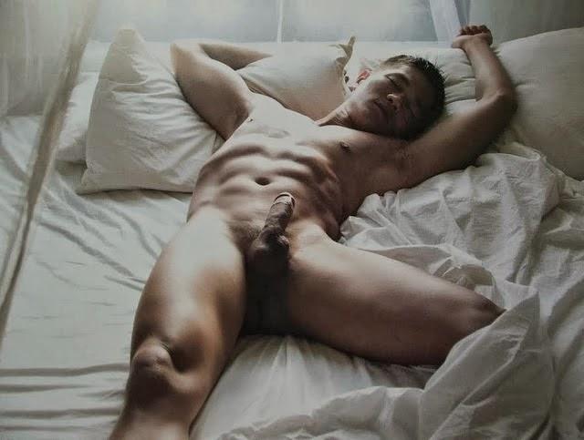 Парни голые спят видео