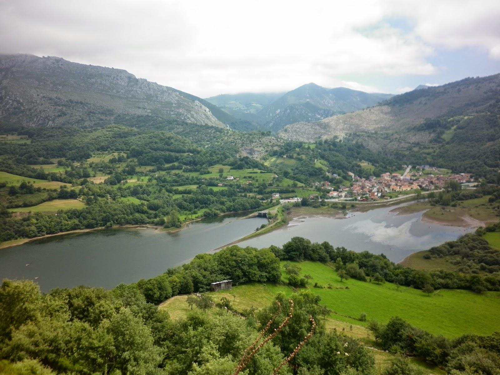 Vistas al embalse y el pueblo asturiano de Rioseco.