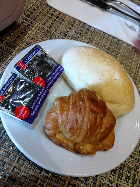 B Hotel Cafe breakfast