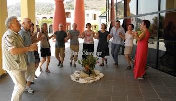 Δεν μιλούν Ελληνικά αλλά χορεύουν και τραγουδούν Κρητικά ως μέσο θεραπείας! [video]
