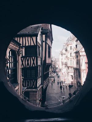 Vue de l'intérieur du Gros Horloge côté Place du Vieux Marché