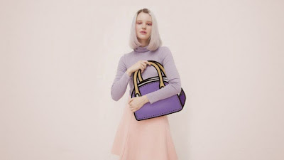 Una modelo con un bolso de mano que parece un dibujo