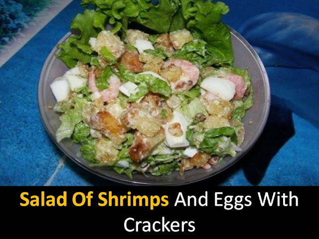 Salad of shrimps and eggs with crackers
