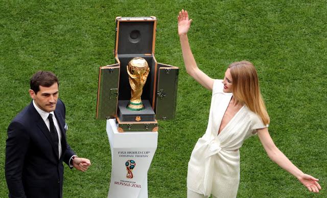 O ex-goleiro espanhol Iker Casillas e a modelo Natalia Vodianova entraram no Estádio Luzhkini com a taça da Copa do Mundo