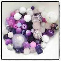 perles blanches et violettes