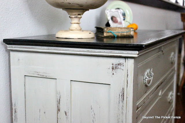dresser, paint makeover, distressed paint, fusion mineral paint, https://goo.gl/zxVDy0
