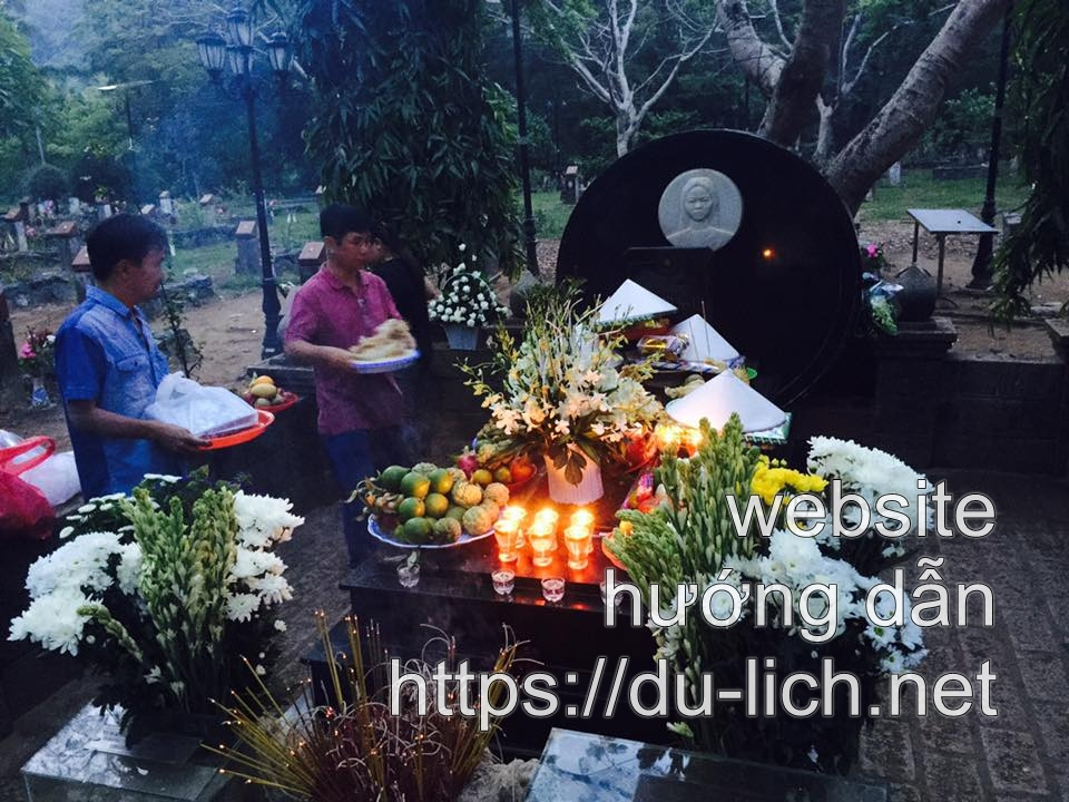 Hình ảnh mộ chị Võ Thị Sáu ở nghĩa trang Hàng Dương