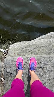 Eau, roches, bord de rivière, jambes de coureuse, espadrilles de course New Balance