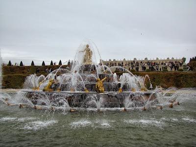 Uma das muitas e lindas fontes do Palácio de Versalhes - Paris - França
