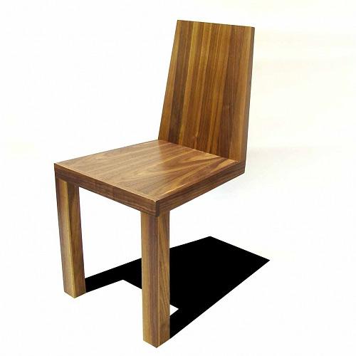 İki ayağı üzerinde duran ahşap sandalye