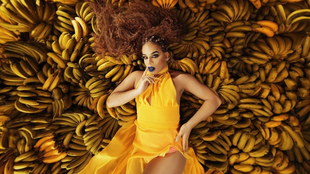 Dona de um dos melhores discos nacionais do ano, a drag rapper e cantora se rendeu ao funk mirando o carnaval de 2018.
