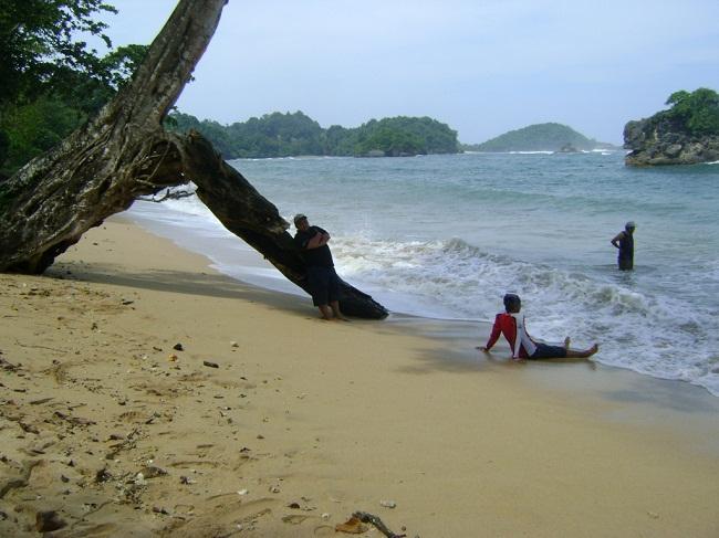 ombak di pantai kondang Merak Malang