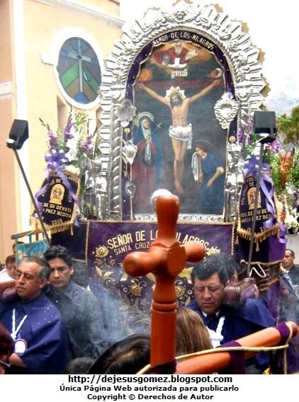 Foto de la Hermandad del Señor de los Milagros cargando el Anda por Jesus Gómez