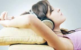Cara Alami Mengatasi Susah Tidur dengan mendengarkan musik