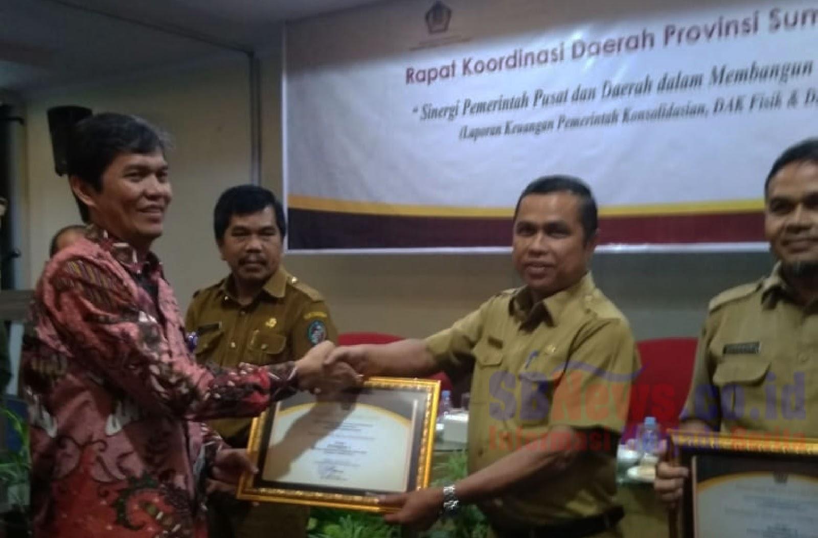 Luar Biasa Hari Ini Pemko Sawahlunto Raih Peringkat 1 Pengelola Produk Ukm Bumn Bella Dan Balon Merah Ade Rohman Kepala Kanwil Dirjen Perbendaharaan Provinsi Sumatera Barat Kiri Menyerahkan Penghargaan Untuk Kepada H Buyung Lapaussos