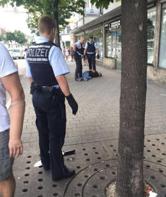 La policía local arrestó al atacante.