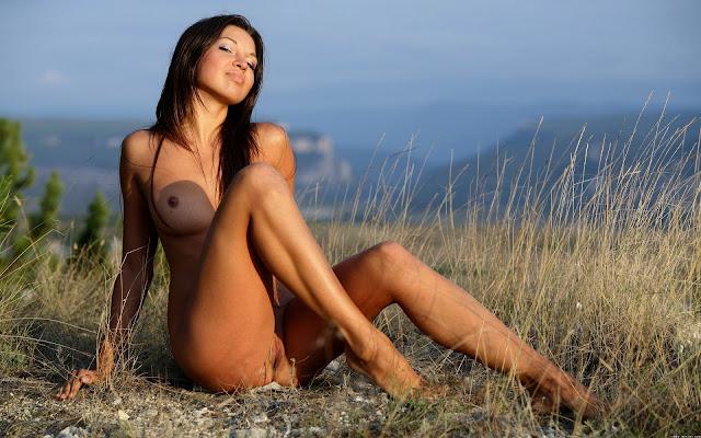 Девушка, загорелая, голая, грудь, тело, ножки, пися, поза, сидит, трава, поляна, горы, природа