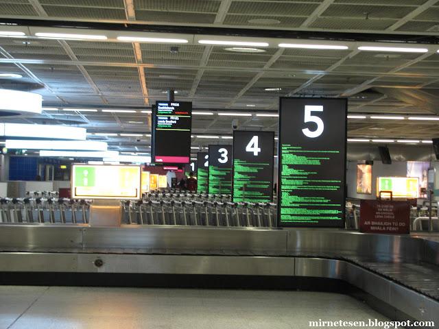 Дублин - таблички на ирландском языке в аэропорту