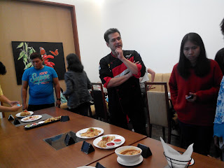 Chef Yan Hari sedang mengenalkan menu-menu baru kreasinya