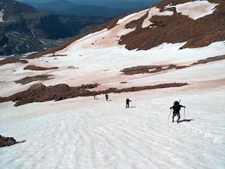 Remontando las rampas de nieve del Taillon