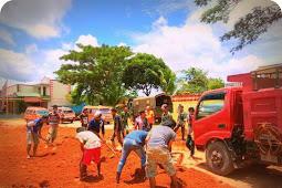 TNI dan Masyarakat Gotong Royong Perbaiki Jalan Rusak di Kampung Prabu Asiky