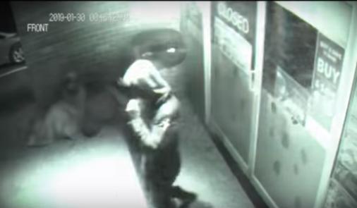 Tertangkap CCTV Pria Ini Terekam Berjalan Menembus Kaca !
