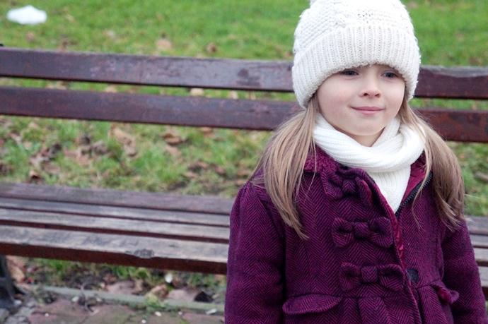 Dziewczynka w różowym płaszczyku
