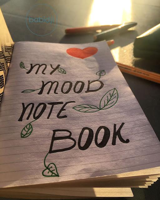"""titre """"my mood note book"""" écrit sur la 1ère page d'un carnet"""