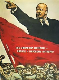 Manifesto di propaganda: Lenin indica la via al proletariato in rivolta sotto un'enorme bandiera rossa.