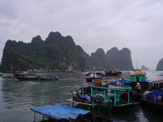 Mercato galleggiante in Halong Bay