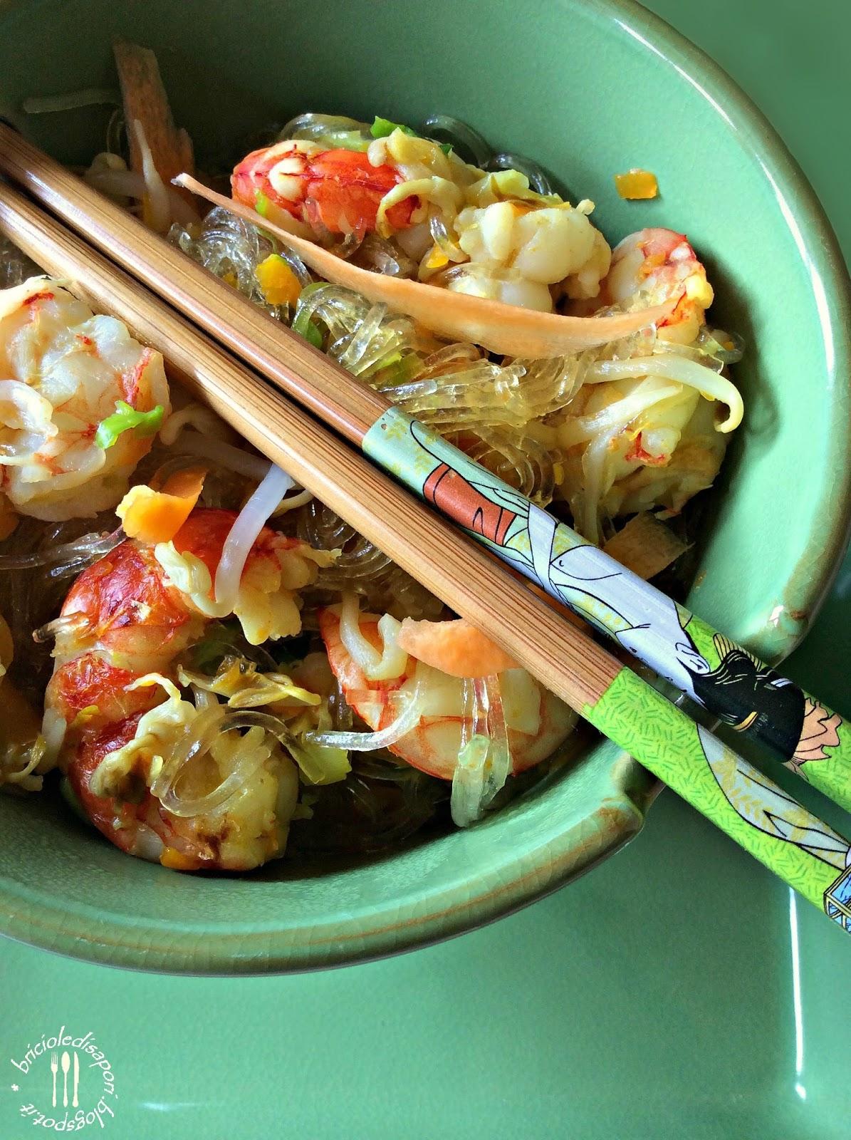 vermicelli di soia con verdure radici e gamberi
