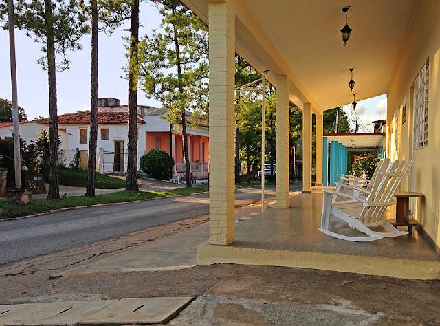 Porches et chaises berçantes à Viñales