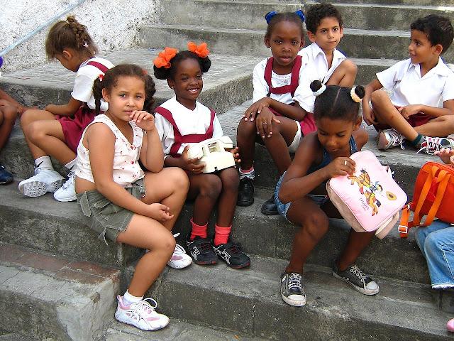 grupo de ninos cubanos cuando van a la escuela