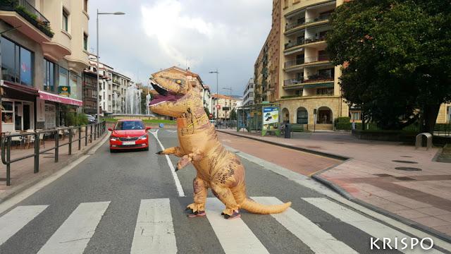 T-rex cruzando paso de cebra en hondarribia