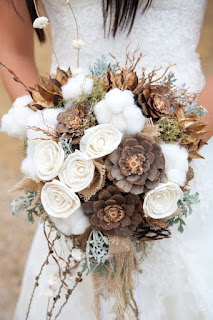 bouquet da sposa con pigne e altri materiali naturali