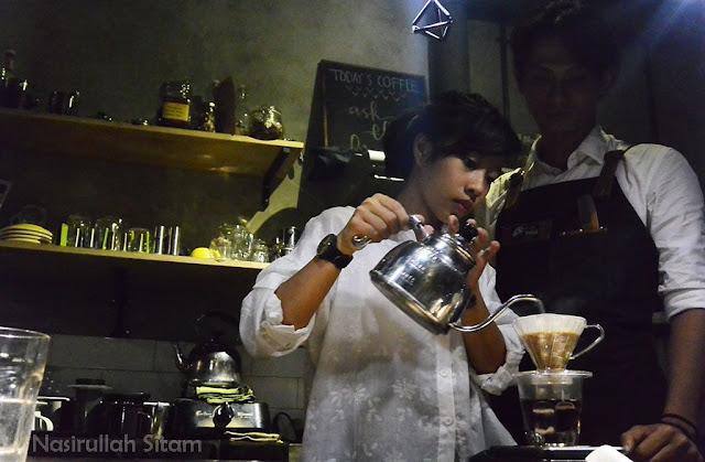 Al sedang membuat kopi untuk pengunjung Kopi Ketjil Jogja