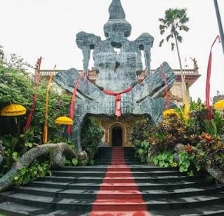 gapura pintu masuk museum blanco ubud bali Indonesia