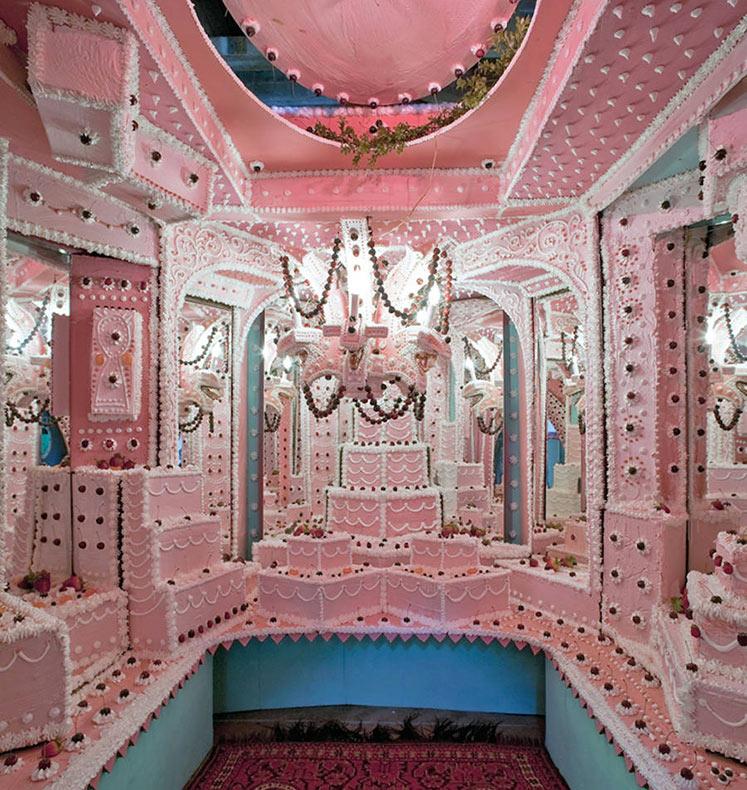 Artistas convierten una galería en una torta gigante
