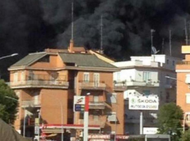 Roma, deposito auto in fiamme: nube nera in cielo