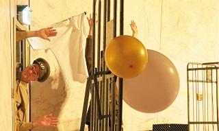 foto di War di Jetsi Batelaan (Leone d'argento) che inaugura la Biennale Teatro
