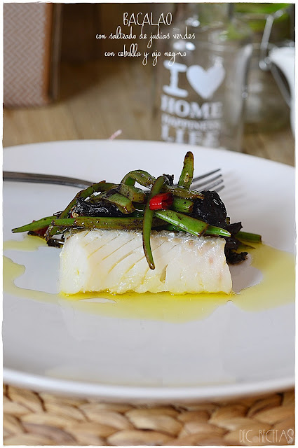 Bacalao con salteado de judias verdes con cebolla y ajo negro