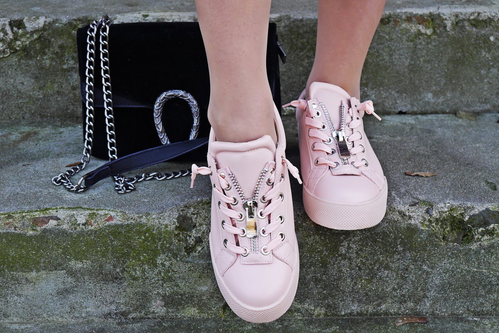 Różowe buty sneakersy renee kolorowa kamizelka czarna ramoneska karyn blog modowy blogerka modowa