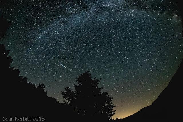 Hình ảnh phơi sáng bầu trời đêm suốt 15 giây ở khu vực cắm trại vùng núi phía bắc Colorado, trong hình là một sao băng lớn của trận Perseid. Ảnh: Sean Korbitz.