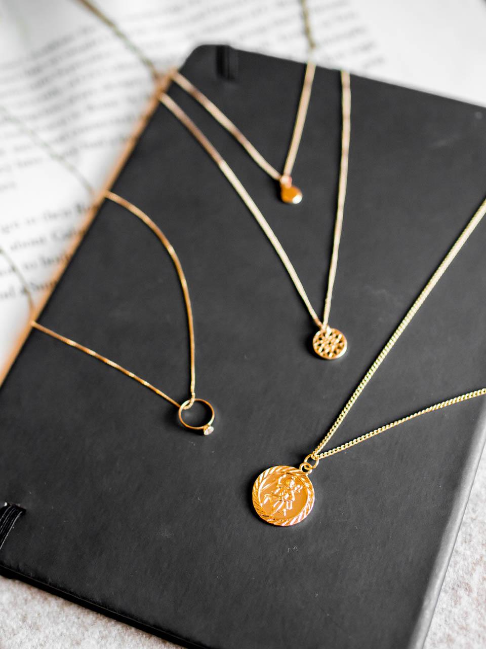 Golden necklaces Asos - Kultaiset kaulakorut Asos